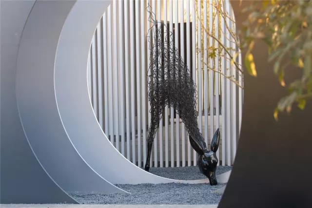 鹿主题的雕塑作品